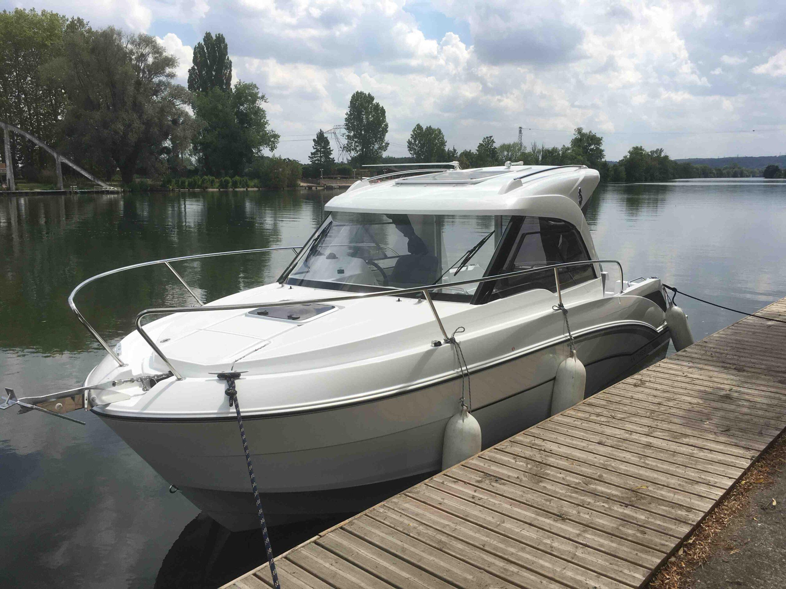 Puis-je conduire un bateau sans permis de conduire?