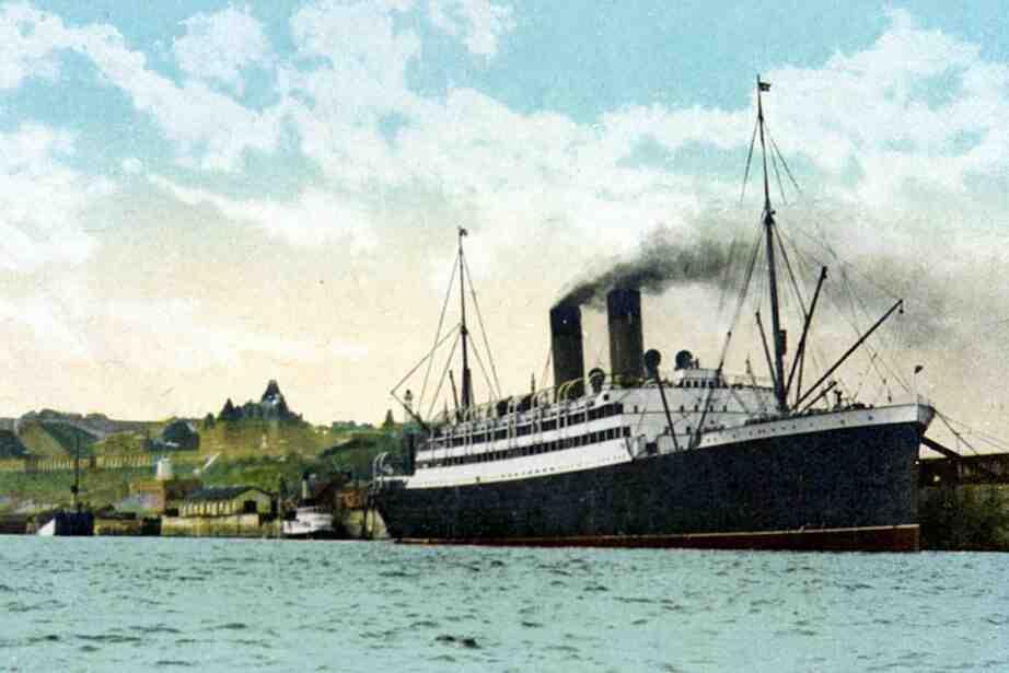 Quel navire a coulé lors de son premier voyage en 1912?