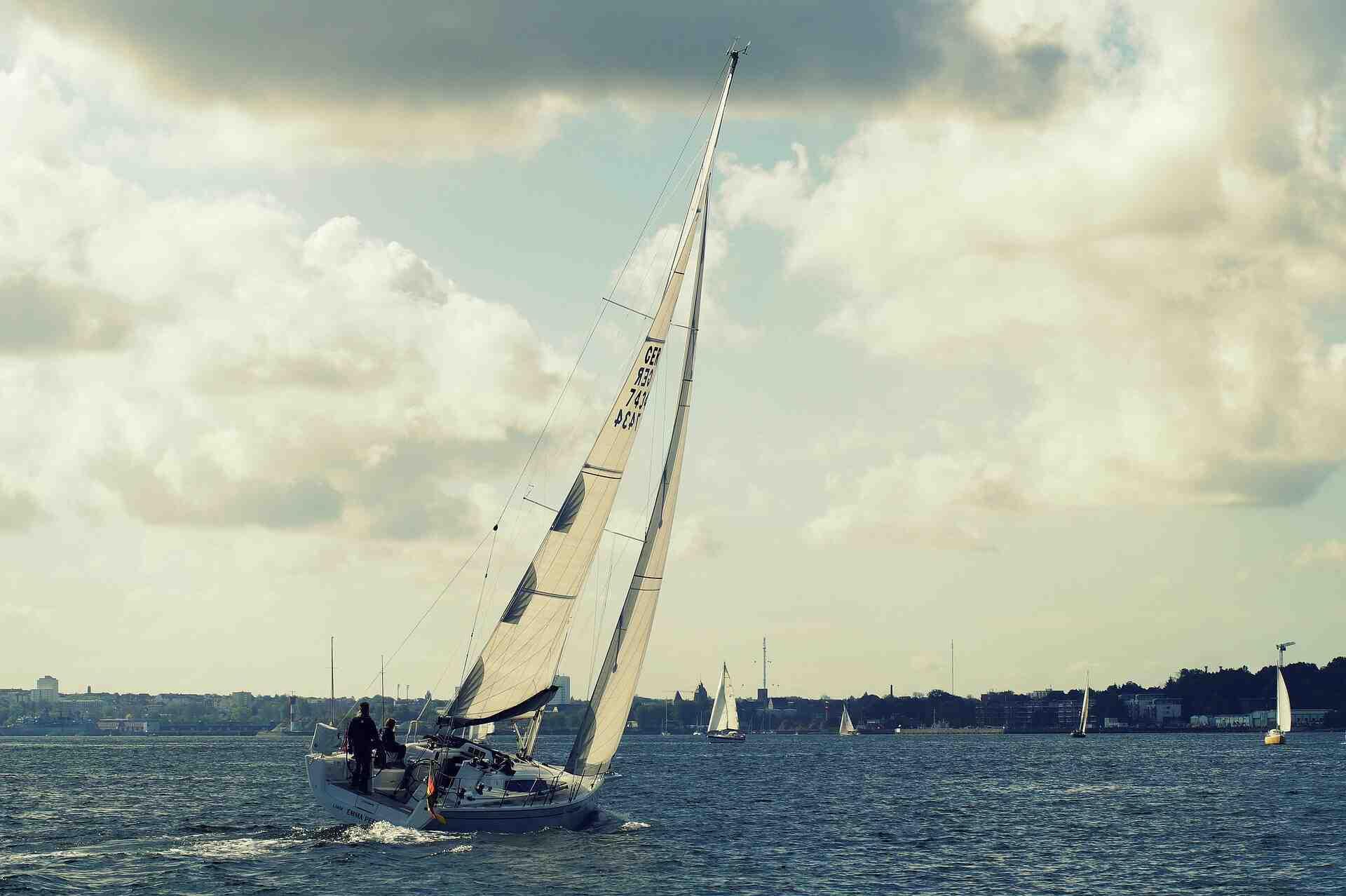 Comment calculer la vitesse d'un voilier ?